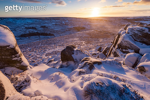 Higgor Tor cliffs at sunrise in the Peak District, Derbyshire, UK - gettyimageskorea