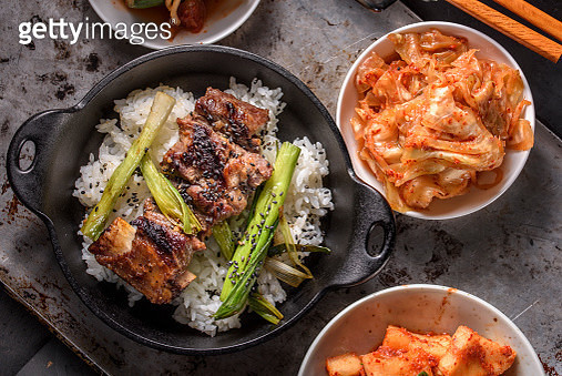 Delicious Grilled Kalbi on over Steamed Rice in Cast Iron Pan - gettyimageskorea