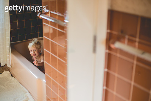 Boy in bath tub - gettyimageskorea