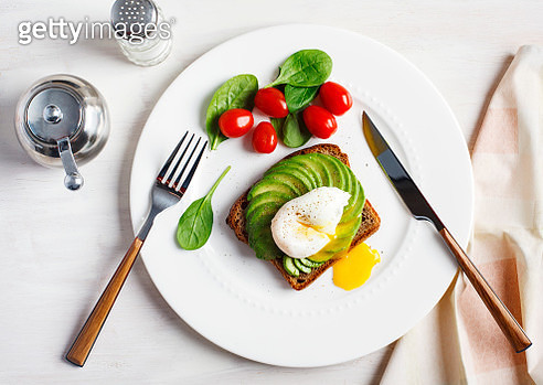 Avocado Sandwich with Poached Egg. Sliced avocado and egg on toasted bread for healthy breakfast - gettyimageskorea
