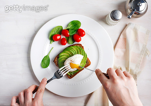 Avocado Sandwich with Poached Egg. Sliced avocado and egg on toasted bread for healthy breakfast, top view - gettyimageskorea