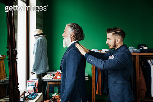 Retail Assistant Fitting Suit Jacket To Customer - gettyimageskorea