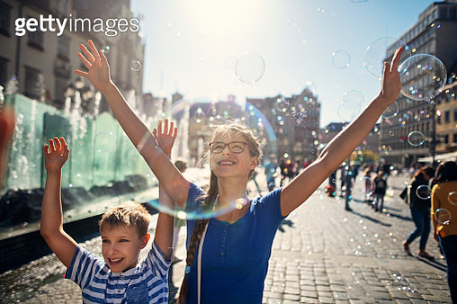 Two kids enjoying bubbles in the air while sightseeing Wrocław, Poland.  Nikon D850 - gettyimageskorea