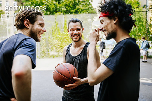 Group Of Friends Having Fun Together At An Outdoor Basketball Court - gettyimageskorea