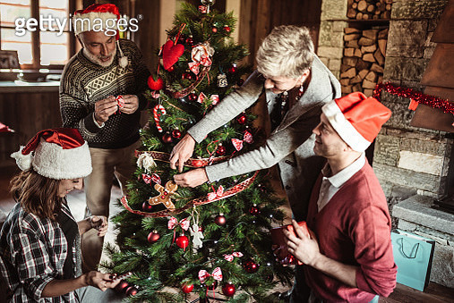 making the christmas tree all together - gettyimageskorea