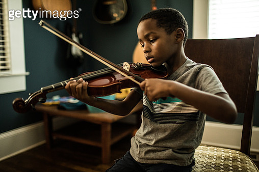 Young boy (6 yrs) practicing violin - gettyimageskorea
