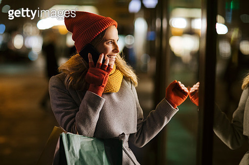 Her two favorite things, shopping and talking to her friend - gettyimageskorea