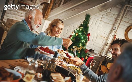 Family having Thanksgiving dinner. - gettyimageskorea