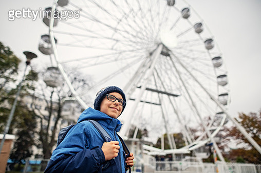 Little boy sightseeing city of Brno, Czech Republic. The boy is walking by the Ruské kolo in Park Moravské náměstí (Ferris wheel in Moravian square park). Sightseeing is fun even in the bad weather!Nikon D850 - gettyimageskorea