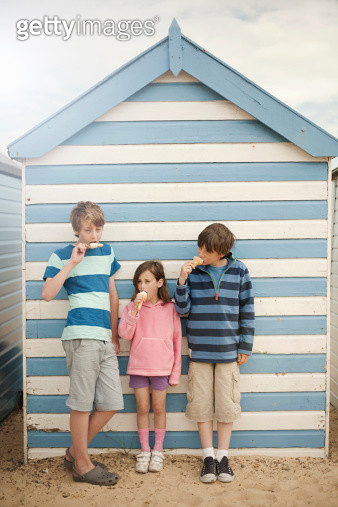 Three children eating ice cream cones, Southwold, Sussex, UK - gettyimageskorea