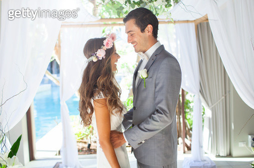 Young couple getting married at wedding alter - gettyimageskorea