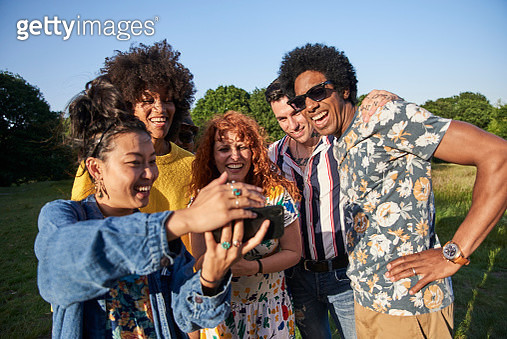 Friends meeting up to spend time together on a summers evening - gettyimageskorea