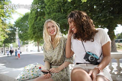 2 young women visiting Paris - gettyimageskorea