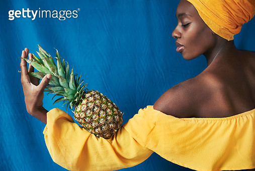 woman holding pineapple - gettyimageskorea