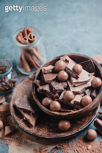 Homemade sweets in dark wooden bowls on a stone background. Cocoa, dark and milk chocolate,... - gettyimageskorea