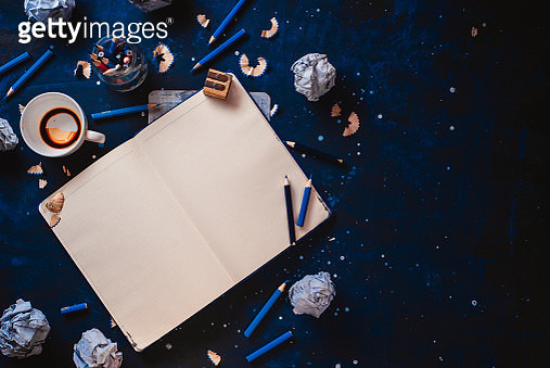 Open notepad with blank pages, crumpled paper balls, pencils, notepads and empty coffee cups on a... - gettyimageskorea