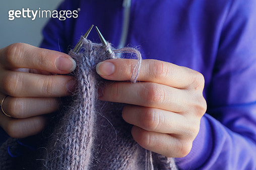 The woman knits woolen clothes. Knitting needles. Close-up. natural wool - gettyimageskorea