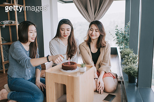 an asian chinese young beautiful woman celebrating her birthday with her friends at her apartment together with birthday cake - gettyimageskorea