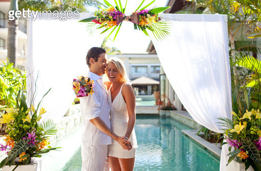 Young couple getting married at a tropical resort - gettyimageskorea