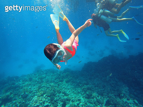 Little girl enjoys the colorful underwater world in the Red Sea, Egypt. - gettyimageskorea