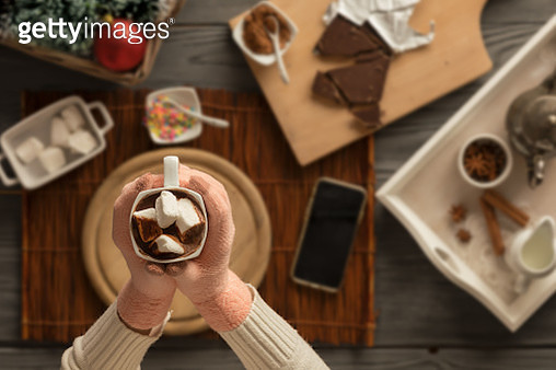 Top View Hands Holding A Mug With Marshmallows - gettyimageskorea