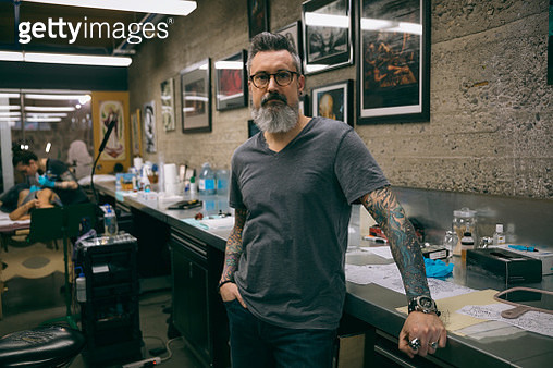Portrait confident tattoo artist in tattoo studio - gettyimageskorea