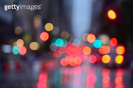 Defocussed stoplights reflected on wet road in NYC - gettyimageskorea