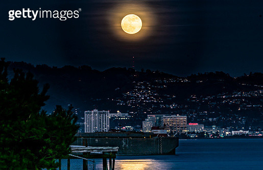 Supermoon Over Berkeley Hills - gettyimageskorea