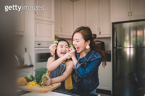 An Asian Chinese housewife having bonding time with her daughter in kitchen preparing food - gettyimageskorea