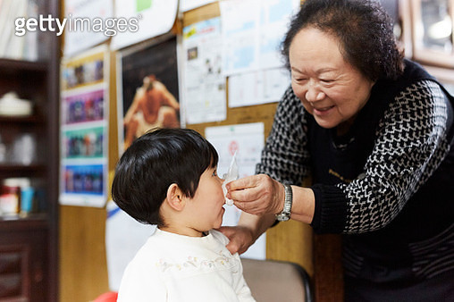 Japanese little girl and her grandmother - gettyimageskorea