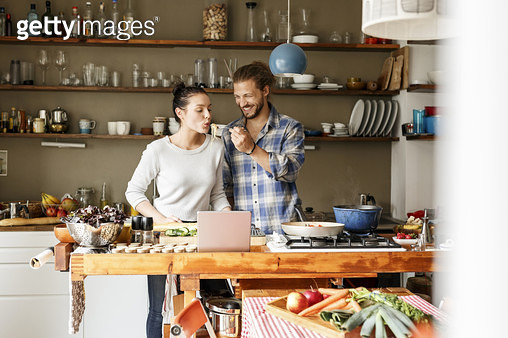 Young couple preparing spaghetti together, using online recipe - gettyimageskorea
