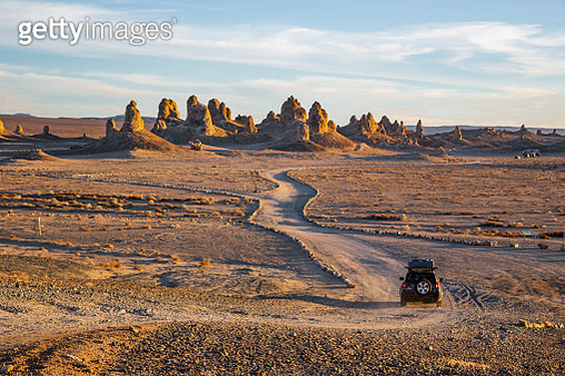 Road trip during the Route 66 in California, with the Trona Pinnacles. - gettyimageskorea