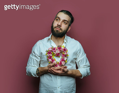 Man holding small heart wreath - gettyimageskorea