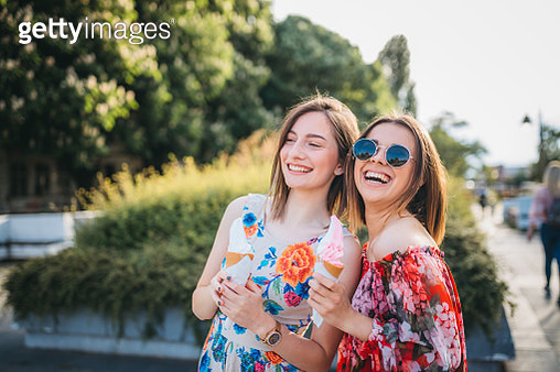 Smiling young friends enjoy a summer day - gettyimageskorea