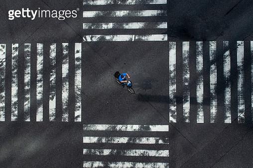 Japanese People ride bicycle across Ginza Crossing, Ginza, Tokyo, Japan - gettyimageskorea