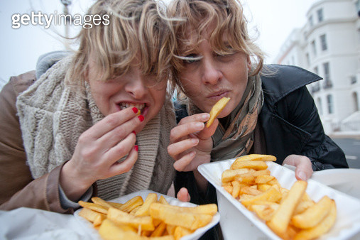 Sisters eating chips - gettyimageskorea