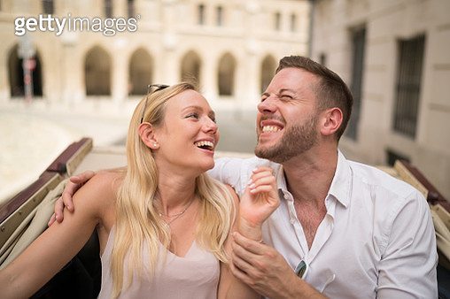 funny couple on sightseeing tour in fiaker in Vienna - gettyimageskorea