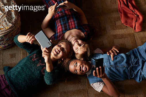 Tween girls hanging out together in bohemian style home - gettyimageskorea