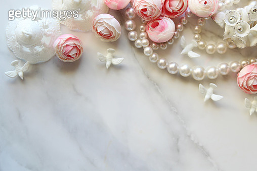 Directly Above Shot Of Roses And Pearl Necklaces On Table - gettyimageskorea