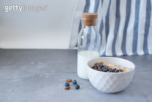 Homemade oatmeal with blueberries and strawberries in bowl on gray concrete background. Healthy breakfast. - gettyimageskorea