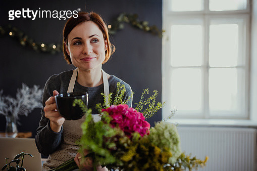 Young Creative Woman In A Flower Shop A Startup Of Florist Business - gettyimageskorea