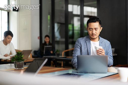 young chinese business people working with laptop - gettyimageskorea