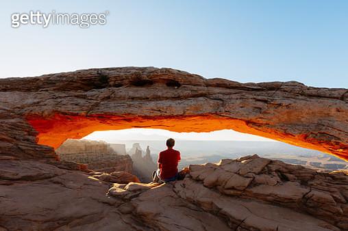 Man enjoying sunrise at Mesa arch, Canyonlands national park, Utah, USA (MR) - gettyimageskorea