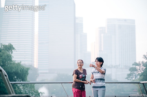 Two Lovely Senior Friend Chilling at The Park Together - gettyimageskorea