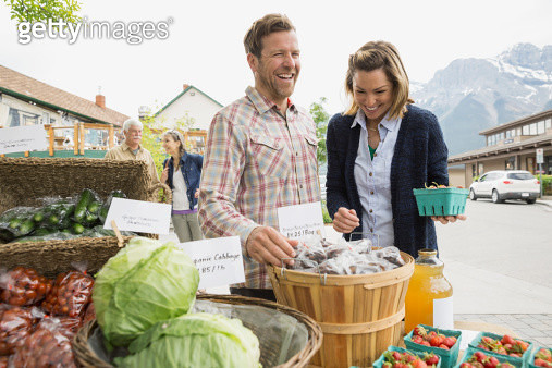 Couple shopping at farmers market - gettyimageskorea