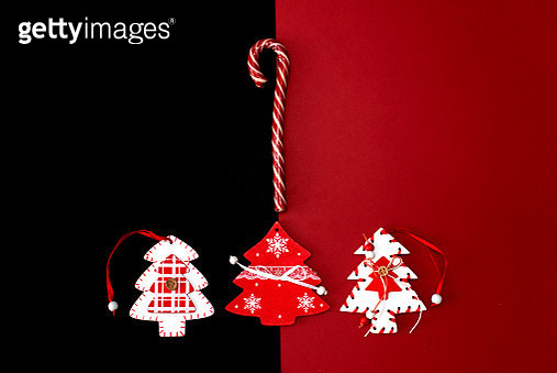 Christmas ornaments decorations background. Classic red and balls with glitter snowflakes horizontal border. - gettyimageskorea