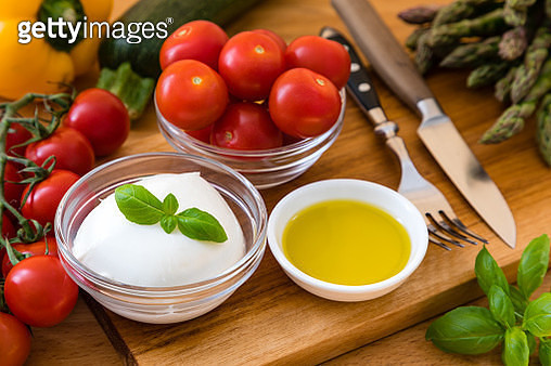 Classic Italian Salad Ingredients: Mozzarella, Tomatoes, Basil and Olive Oil - gettyimageskorea