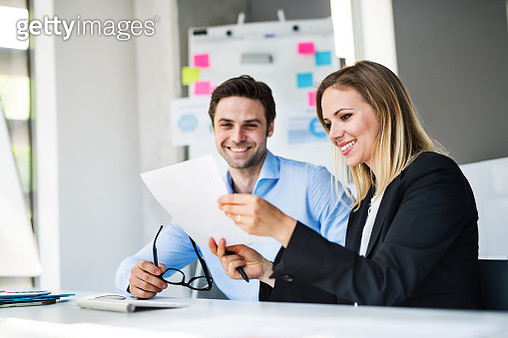 Young business people in the modern office working together. - gettyimageskorea
