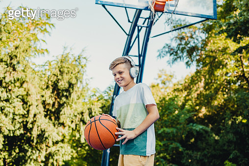 Young boy on the basketball field - gettyimageskorea