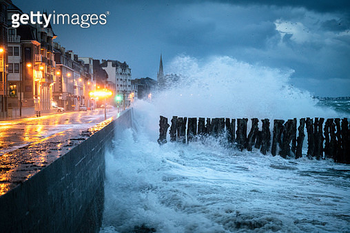 This image was taken in Saint-Malo in Ille et Vilaine in Bretagne during the high tides with powerfull waves during winter. - gettyimageskorea